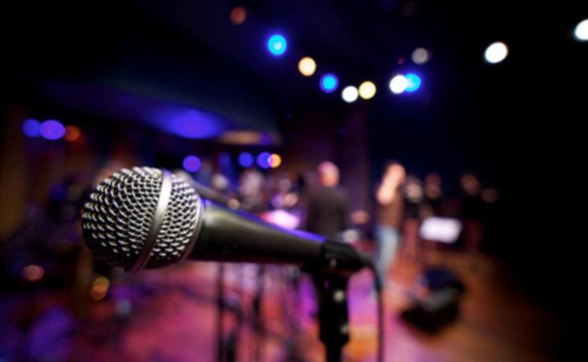 Solte a voz: 6 bares de Fortaleza para se divertir cantando no karaokê