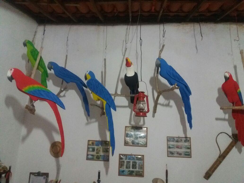 Arte é produzida na sala da casa do artesão