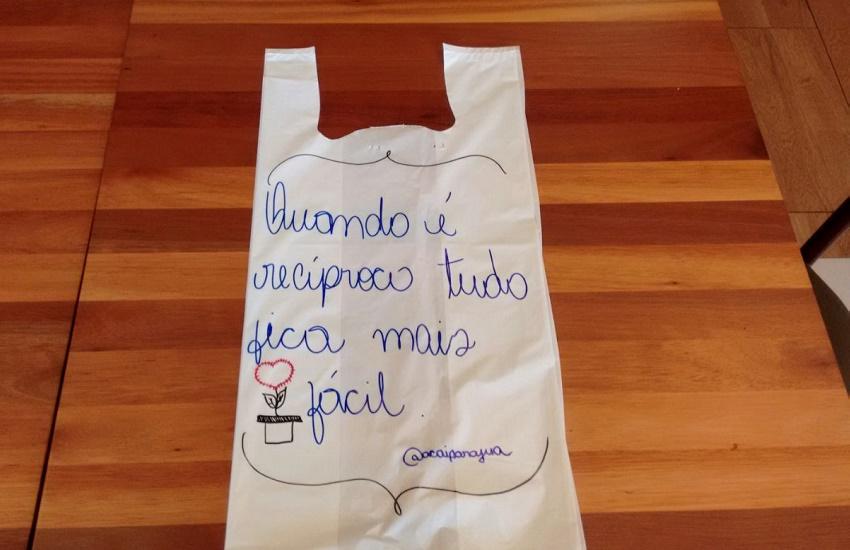 Mensagens escritas a mão no embrulho viram marca registrada de loja de açaí em Fortaleza
