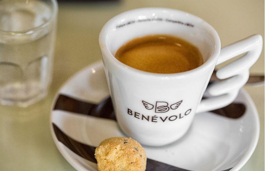 Cafeteria incentiva gentileza estimulando pessoas a pagarem café do próximo cliente