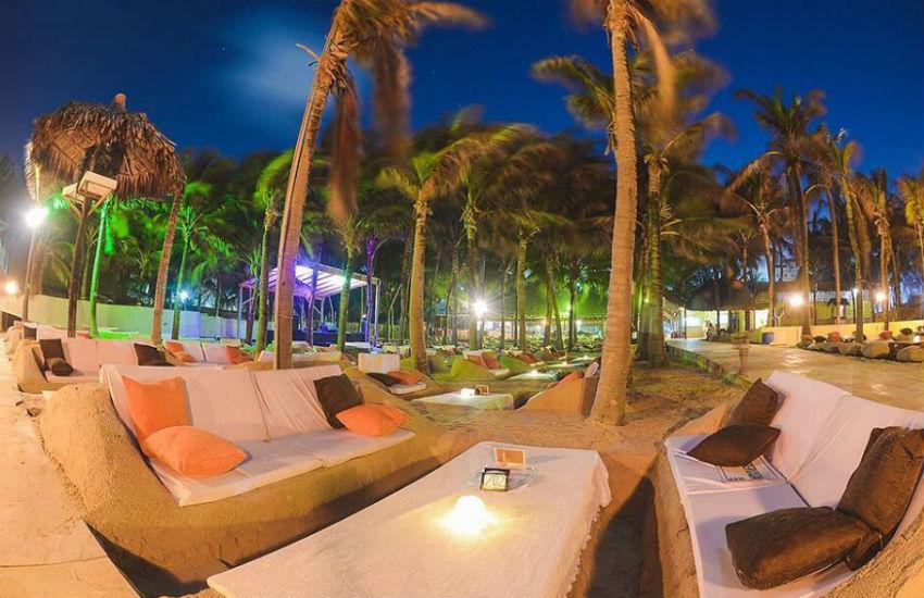 Restaurante cria espaço com poltronas e mesas feitas de areia em praia de Fortaleza