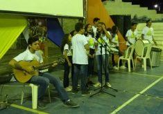 Crianças e adolescentes cantaram músicas na praça (FOTO: Lyvia Rocha/Tribuna do Ceará)