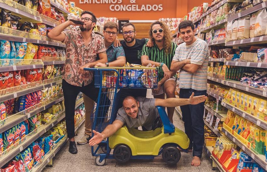 Superbanda conquista fãs em Fortaleza com mistura de rock, forró, axé, pagode e reggae