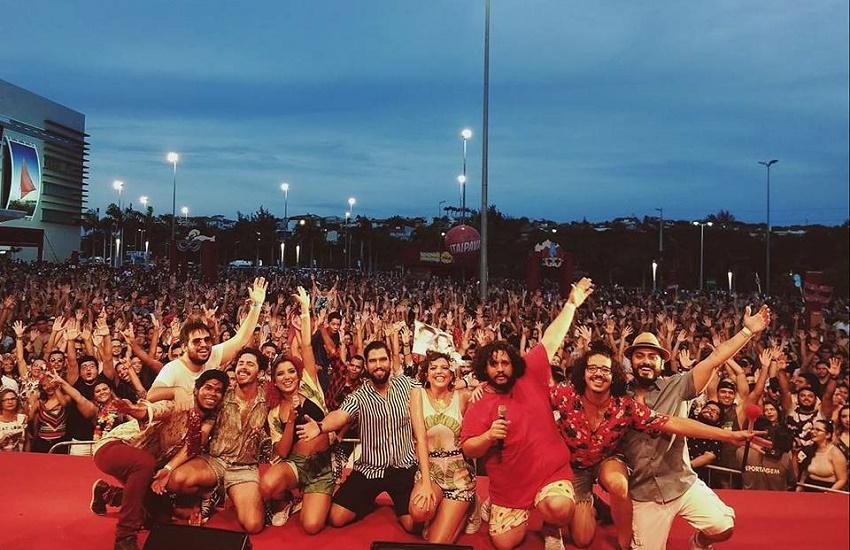 Bloco Sandijunio estica o Carnaval ao ano inteiro, com adaptações da dupla Sandy & Júnior