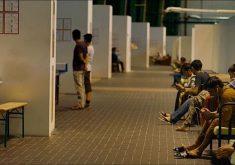 Refugiados passam o tempo em centro de apoio montado em aeroporto de Berlim desativado