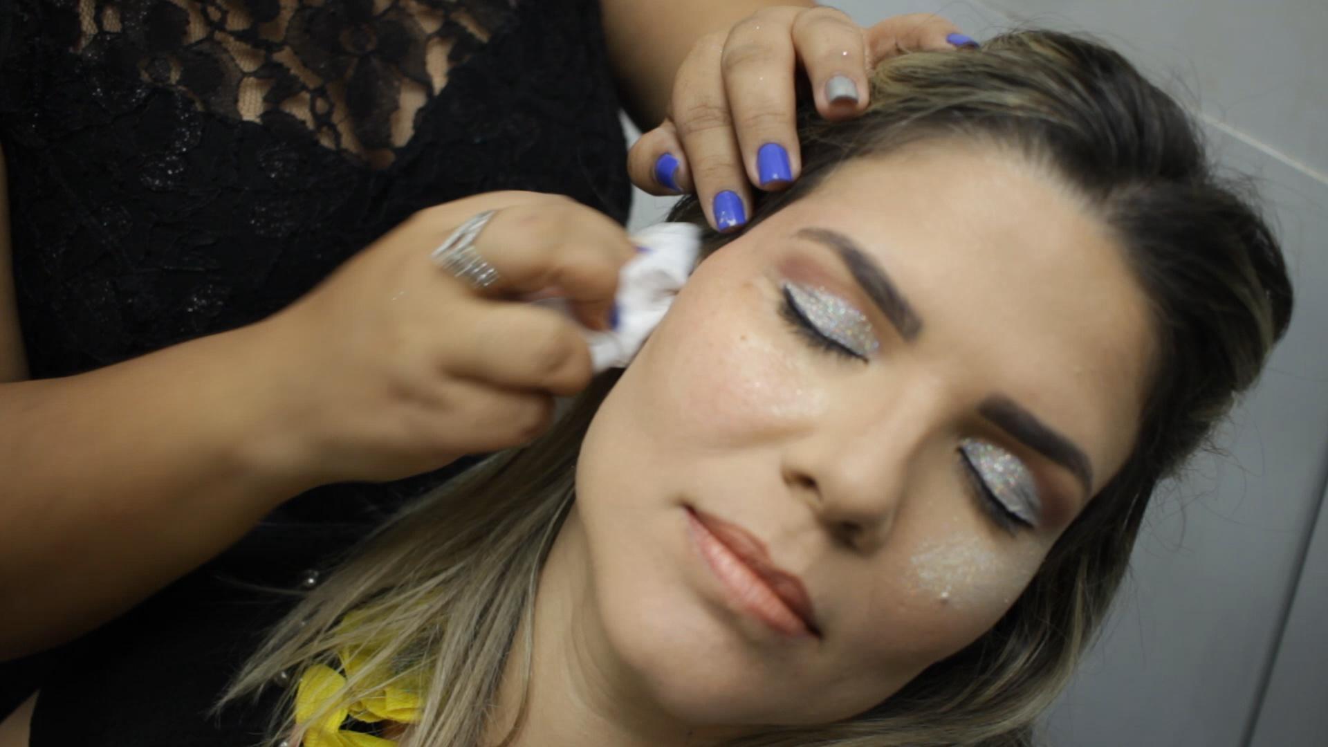 Saiba como retirar o glitter do rosto sem danificar a pele