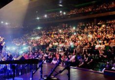 Plateia assistindo ao show da banda Catedral