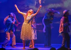 Pessoas em uma peça em referência a exibição do Ceará Show o musical no feriado da semana santa