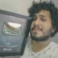 Homem segurando placa do Youtube em referência ao canal do youtube do Pabollo