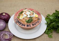 Comida em uma vasilha em referência ao concurso Comida di Buteco