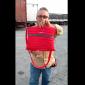 Segurando bolsa em referência a bolsa feita de zíper.