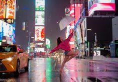 Mulher em Nova Iorque em referência a Bailarina cearense é fotografada pelas ruas de Nova Iorque