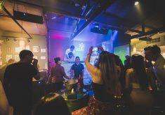 Pessoas em um bar em referência a Confira 5 locais que você pode se divertir ao som de rock em Fortaleza
