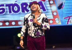 Homem em palco em referência a Humorista Tiririca vem a Fortaleza apresentando show gratuito