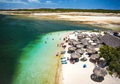 Pessoas em uma lagoa em referência a Jericoacoara recebeu em julho número de turistas 40 vezes maior que sua população