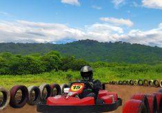 pista de kart em referência a Confira 4 pistas de kart para se divertir em Fortaleza durante as férias