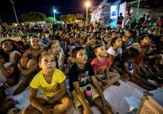 Crianças sentadas em referência a Ceará recebe projeto que leva cinema itinerante ao interior do estado