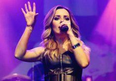 A cantora se apresenta no La Maison (FOTO: Reprodução/Facebook)