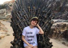 Claricia Amaro encontrou um dos seis tronos de Game of Thrones espalhados pelo mundo. (Foto: Reprodução/Instagram)