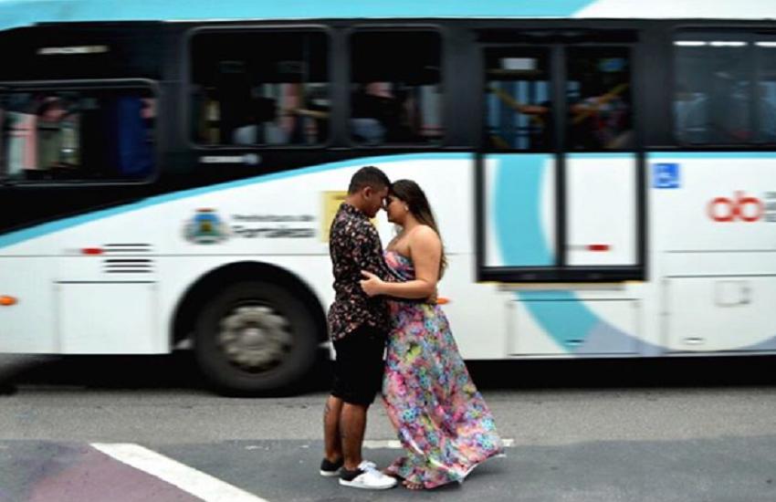 Casal viraliza nas redes com foto de book de casamento em frente a ônibus