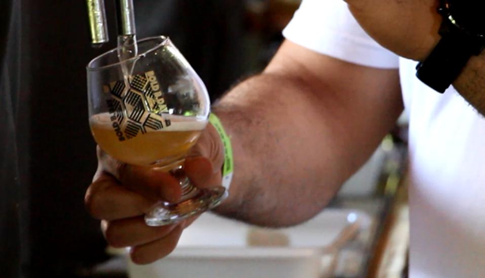 Já viu cervejas de caldo de caranguejo, churros e café? A gente conferiu os produtos de uma cervejaria diferentona