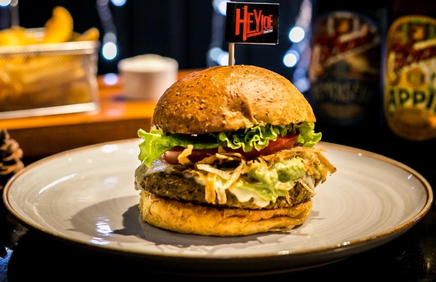 Hambúrguer de Caju é o queridinho do cardápio (FOTO: Divulgação/Hey Joe)
