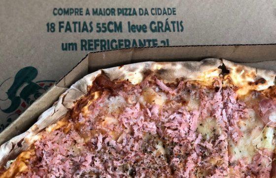 Leonardo garante que a sua pizza é a maior da cidade (FOTO: Roberta Tavares)