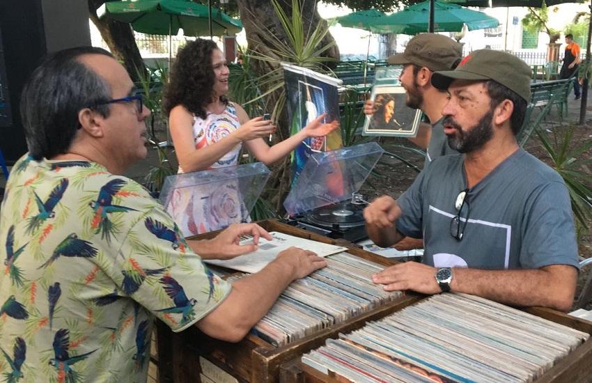 Dupla se apresenta ao som de vinil em espaços públicos e privados de Fortaleza
