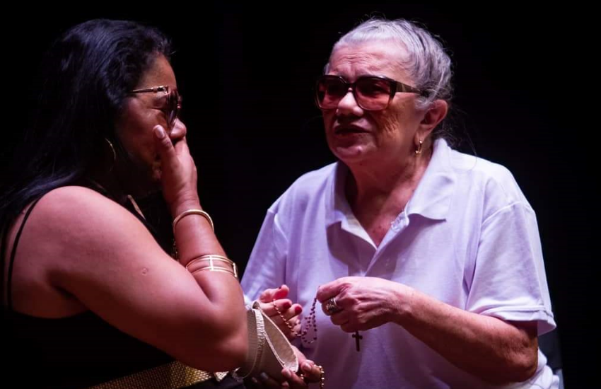 Grupo de teatro reúne atores com deficiência visual em espetáculos de comédia em Fortaleza