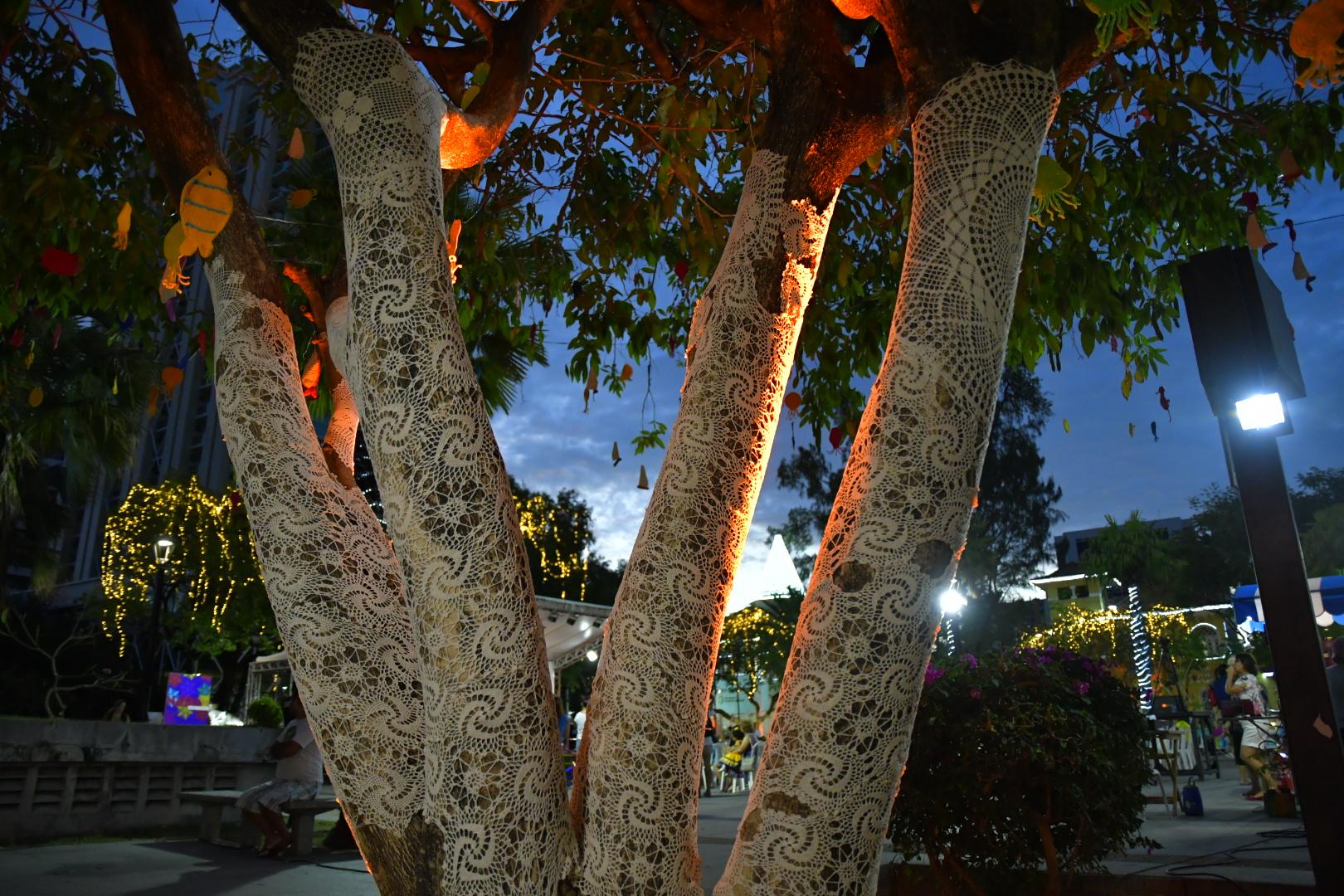 Praça Luíza Távora recebe decoração natalina feita de crochê