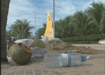 Sujeira na Praia do Futuro causam transtornos aos moradores e frequentadores