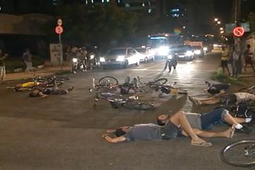 Ciclistas bloqueiam avenida Santos Dumont e protestam melhorias no trânsito