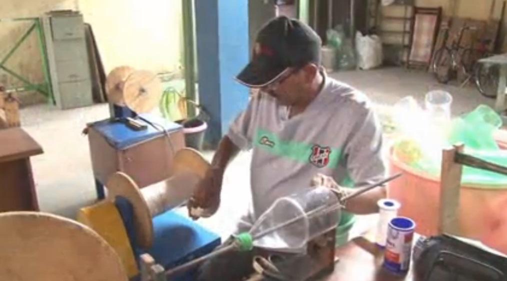 Pacientes com problemas mentais fabricam vassouras (FOTO: Reprodução)