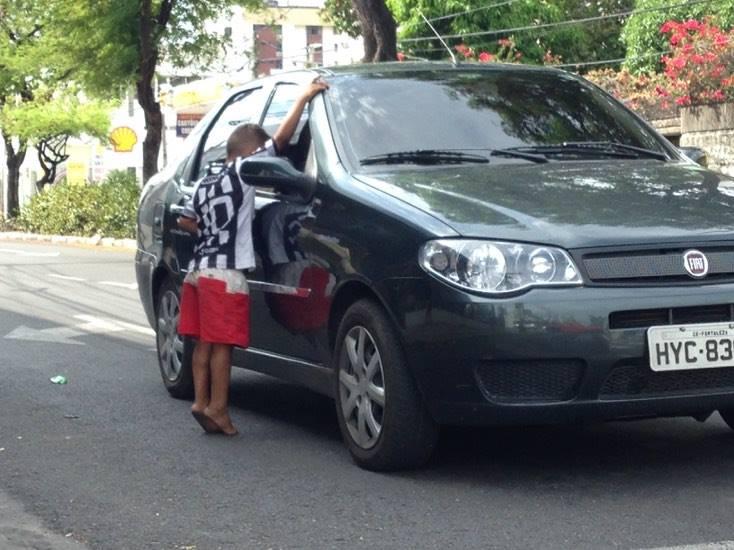 No dia 25 de dezembro é comum encontrar famílias pedindo presentes nas esquinas da cidade. (FOTO: Tribuna do Ceará)