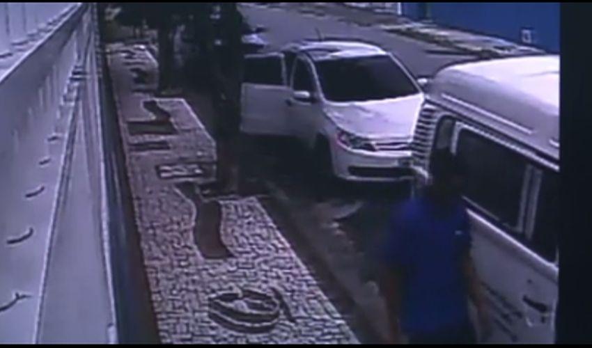Flagrante do roubo é feito por câmeras (FOTO: Reprodução TV Jangadeiro)
