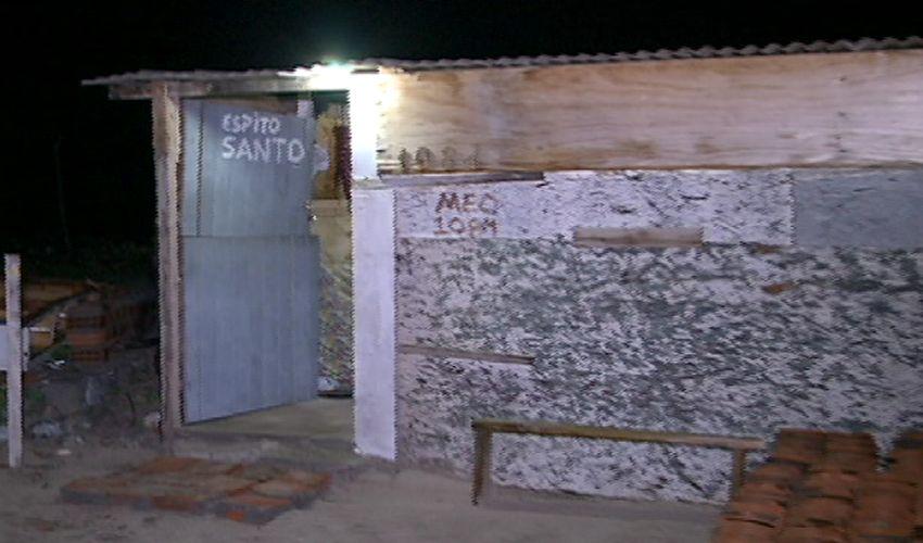 Famílias moram em casas construídas de madeira e papelão (FOTO: Reprodução TV Jangadeiro)