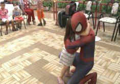 """""""homem aranha"""" visita Lar amigos de Jesus (FOTO: Reprodução Nordestv)"""