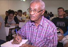 Ele ainda estuda com 79 anos (FOTO: Reprodução TV Jangadeiro)
