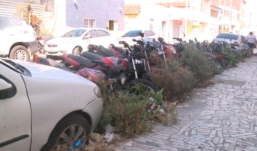 """Mais de 120 carros e motos apreendidos transformam rua em """"cemitério de veículos"""""""