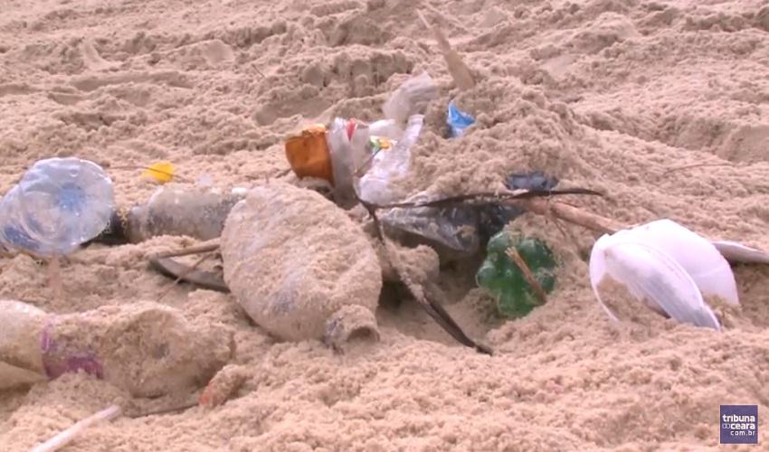 Amontoado de lixo toma conta da faixa de areia na Praia do Náutico