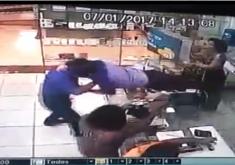 Assaltante foi surpreendido pelo funcionário (FOTO: Reprodução/TV Jangadeiro)