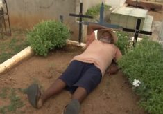 Coveiro de Quixeramobim mostra o lugar onde quer ser enterrado (FOTO: Reprodução TV Jangadeiro)