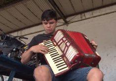 Rubens Ferreira um mecânico sanfoneiro de mão cheia (FOTO: Reprodução TV Jangadeiro)