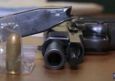 Fuzis e metralhadoras: armas de guerra nas mãos de bandidos (FOTO: Reprodução TV Jangadeiro)