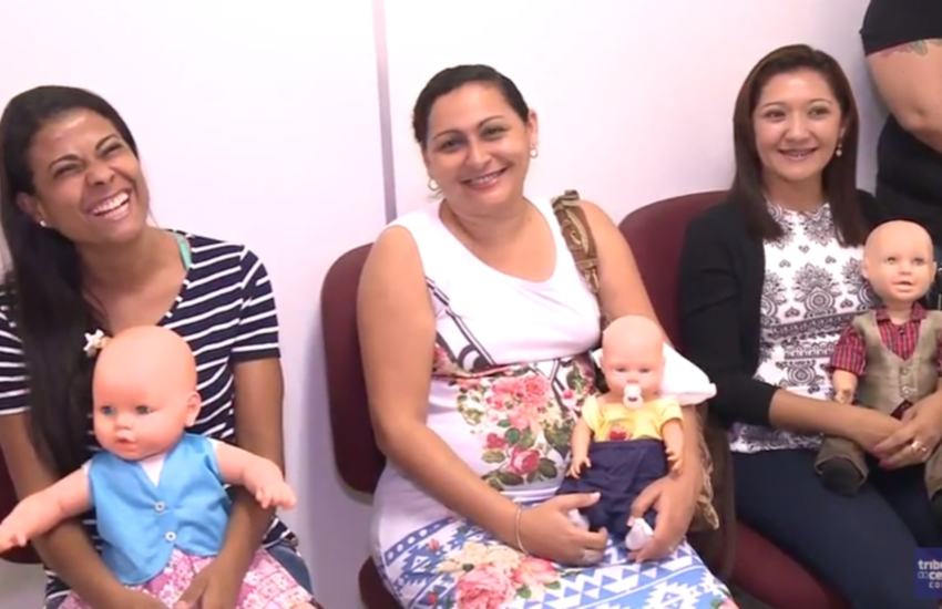 Casais na fila de adoção são testados cuidando de bonecas em casa