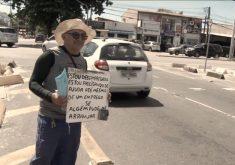 Homem pede emprego nos sinais de Fortaleza (FOTO: Reprodução TV Jangadeiro)