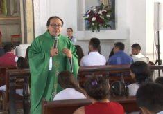 Familiares recebem apoio em missa de 7º dia das crianças mortas no Ceará (FOTO: Reprodução Nordestv)