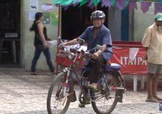 Idoso tem bicicleta toda enfeitada (FOTO: Reprodução TV Jangadeiro)