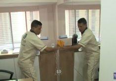 Seu Carlos resolveu trabalhar em outra área: serviços gerais (FOTO: Reprodução/TV Jangadeiro)
