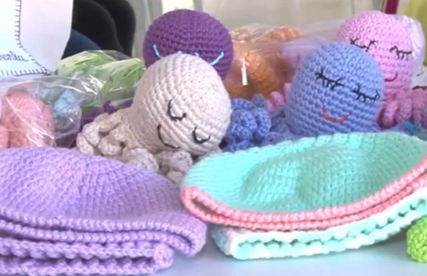 Polvos feitos de crochê ajudam a acolher recém-nascidos internados em UTIs